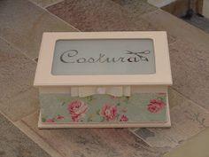Caixa de costura em mdf na cor bege decorada por tecido 100% algodão pela técnica de forração francesa. Delicado laço duplo de fita em gorg...