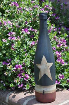 Perfect for Americana or country theme -primitive painted wine bottle Wine Bottle Corks, Wine Bottle Crafts, Mason Jar Crafts, Patriotic Crafts, July Crafts, Crafts To Do, Painted Wine Bottles, Painted Wine Glasses, Glass Bottles
