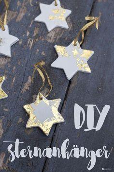 DIY Sternenanhänger mit Gold - wunderschöne Weihnachtsbaumanhänger mit goldener Effektfolie ganz einfach selber machen. Schlichte Anhänger mit Goldglanz.