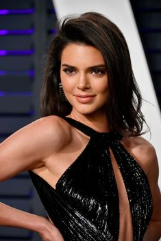 Kendall Jenner's Oscars 2019 Party Look Leaves Little to the Imagination: Photo Kendall Jenner shows lots of skin at the 2019 Vanity Fair Oscar Party! The model attended the event held at the Wallis Annenberg Center for the Performing… Kendall Jenner Outfits, Kendall Jenner Haar, Kendall Jenner Photos, Kardashian Kollection, Kardashian Jenner, Jenner Sisters, Vanity Fair Oscar Party, Celebrity Hairstyles, Short Hairstyles