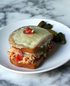Italian Tuna Melt - fresh, mayo free tuna salad is packed with healthy ingredients and stuffed in a crispy, cheesy, melted bun. Grilled Sandwich, Sandwich Recipes, Italian Tuna, Tuna Melt Recipe, Wrap Sandwiches, Italian Sandwiches, Grilled Salmon Recipes, Tuna Melts, Kraft Recipes