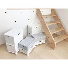 """⚫︎⚫︎yayoi⚫︎⚫︎ on Instagram: """"❤︎. リビングのおもちゃ収納✨. . 階段下に置いてるんですが、次男いつも取り出しにくそうで、掃除もしにくかったので. #ニトリ の#インボックス にローラー着けて収納しました👯♀️. . ホワイトだけにしようかと思ったけど、グレーに惹かれて2個投入(//∇//)❤︎. .…"""" Toddler Bed, Children, Room, Baby, Furniture, Home Decor, Child Bed, Young Children, Bedroom"""
