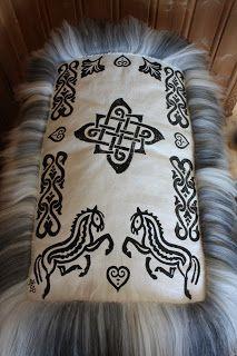 Skinnfeller til store og små Dyes, Cabins, Animal Print Rug, Sheep, Craft, Prints, How To Make, Cowhide Rugs, Creative Crafts