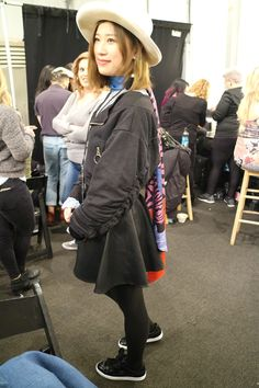 Les fourrures, moonboots, bonnets et autres accessoires de Noël sont de sortie. C'est un carnaval de superpositions, repéré en backstage du défilé Desigual. Plutôt que faire grise mine, on ajoute de la couleur (parfois trop): un état d'esprit dont il n'est pas superflu de s'inspirer. Dans de telles conditions. Focus: fashion week à New-York, backstage, chapeau, capeline, veste noire