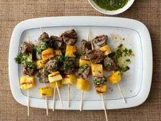 Espetos de Carne, Abacaxi e Molho de Salsinha - Food Network