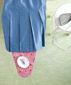 Repasser facilement une jupe plissée en fixant les plis avec des pinces à chignon!