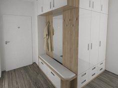 Přesně na centimetry vašeho zádveří si lze pořídit nábytkovou sestavu vyrobenou na zakázku, tato kombinuje vysoké skříně s botníkem, místem na sezení i deskou s háčky; Miroslava Karasová