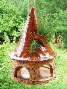 Nistkästen & Vogelhäuser - Vogelhaus hängend aus Keramik braunes Dach - ein Designerstück von Doreens-Shop bei DaWanda