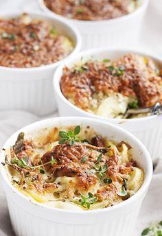 Ruokaisa peruna-pekonigratiini riittää ateriaksi sellaisenaan raikkaan salaatin kera. 1. Kuori ja viipaloi perunat. Poista purjon tummanvihreä…