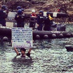 Activista japonés se metió a pocos metros donde se encuentran los delfines atrapados para luego ser seleccionados cautiverio-muerte, su mensaje esta más que claro el pueblo japonés esta despertando!!! DIFUNDE AÚN HAY ESPERANZA!