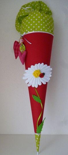 Eine in liebevoller Handarbeit gefertigte, traumhaft schöne Schultüte aus wunderschönem Baumwollstoff. Die Schultüte hat ein Innenteil aus Pappe (70 cm), ca. 1 m lang incl. des...