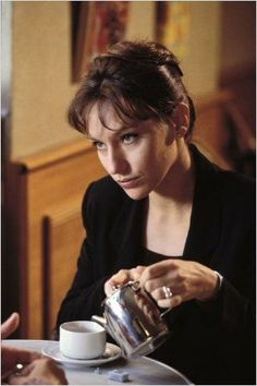 Avocats & Associés : belle photo de Julie Debazac. De quoi pense-t-elle ?