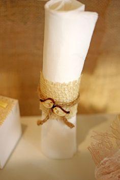 Vintage szalvétagyűrű esküvőre jutával, spárgával és fa madárkákkal díszítve. Válogass kreatív szalvétagyűrűink közül: http://eskuvoidekor.com/spl/935909/Szalvetagyuru