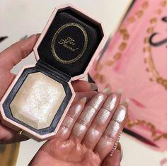 Diamond Light: o novo iluminador desejo da Too Faced – www. Too Faced Highlighter, Highlighter Makeup, Skin Makeup, Makeup Brushes, Highlighters, Makeup Brands, Best Makeup Products, Makeup Tips, Beauty Makeup
