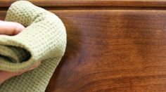 Votre vieille table en bois aurait besoin d'un coup de nettoyage ? Pas besoin d'acheter un produit spécifique. Pour enlever les résidus et lui redonner un bon coup de jeune, sortez du vinaig