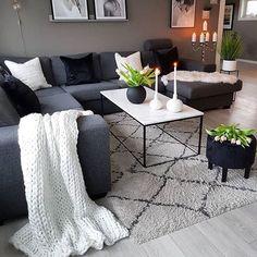 Este posibil ca imaginea să conţină: 1 persoană, sufragerie, masă şi interior Navy Living Rooms, Living Room Decor Cozy, Living Room Grey, Home Living Room, Apartment Living, Living Room Designs, Navy Blue And Grey Living Room, Living Room Ideas With Grey Couch, Grey Couch Decor