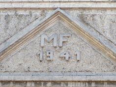 Cacería Tipográfica N° 255: Iniciales MF junto con el año 1941 en lo alto de una construcción de la calle Álvarez Thomas en el Centro Histórico de Arequipa.