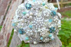 Bouquet artesanal feito com broches em azul Tiffany, branco e pérolas. Perfeito para um casamento vintage super elegante!