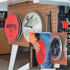 Saw Blade Storage Solutions: Here are three storage systems that protect your table saw blades while keeping them well organized. Best Table Saw, Diy Table Saw, A Table, Table Saw Jigs, Wood Table, Table Saw Fence, Table Saw Stand, Plywood Storage, Diy Garage Storage