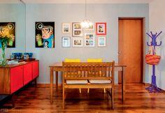 02-sala-de-jantar-colorida-e-com-quadros-e-ilustracoes-na-parede