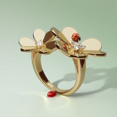 Witness how the stylized petals of this luminous Frivole ring create golden reflections.