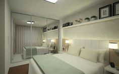 Quarto de Casal, com prateleira acima da cabeceira, abajur complementando a iluminação e espelho no guarda-roupas ampliando o quarto.