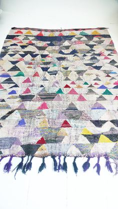 Vintage Moroccan Kilim - BOUCHEROUITE triangles  Rag rug from Morocco called boucherouite made of recycled textiles by a berber woman. Each carpet                                                                                                                                                      Mais