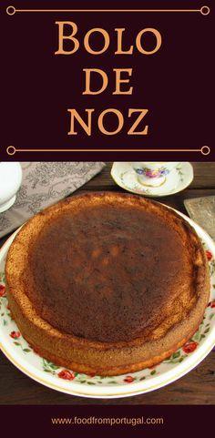 Bolo de noz | Food From Portugal. Se gosta de noz este bolo é perfeito para si! É um bolo simples, bastante agradável e com excelente apresentação. É ideal para servir num lanche em família! Experimente!! #receita #bolo #noz