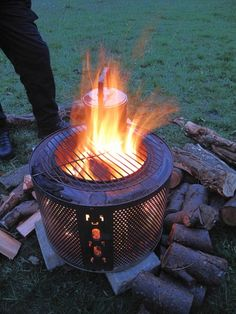outdoor fire pit accessories - take a look at our creative concepts! Fire Pit Drum, Diy Fire Pit, Garden Fire Pit, Fire Pit Backyard, Fire Pit Construction, Washing Machine Drum, Fire Pit Accessories, Modern Fire Pit, Cool Fire Pits