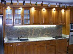 Márványmintás hátlap; klasszikus marású, fa mintás konyhaszekrény; mindez modern megvilágításban, ledekkel.   Felül led spotok, alul led vonalfény fogadja az itt élőket. Hangulatvilágításként is használhatóak, de dekorációnak is kiváló! Fa, Kitchen Cabinets, Modern, Home Decor, Trendy Tree, Decoration Home, Room Decor, Kitchen Base Cabinets, Dressers