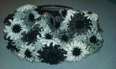 Mala Flores - tons neutros (cinza, preto e branco). Forrada com tule.