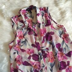 """Floral blouse New, great condition , button up , collar   Welcome to my closet   Reasonable Offers welcomed    No Trades or Holds   Serious buyers pls use blue Offer Button  ❗️ I don't respond to """" Lowest Price?"""" comments   I do bundles   Fast Shipping  ✨ Pet free home  ♨️ Smoke free home  Thank you for visiting my closet Forever 21 Tops"""