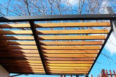 There's nothing quite like a beautiful, modern pergola to add value to your home's exterior. When that pergola is a streamlined, two-toned piece of Rustic Pergola, Curved Pergola, Building A Pergola, Small Pergola, Pergola Attached To House, Metal Pergola, Deck With Pergola, Pergola Lighting, Courtyards