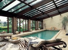 une piscine rectangulaire et intérieure