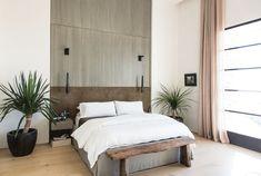 Übergroßer Bettkopfteil aus Holz an der Wand