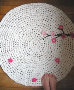 Free crochet Rug tutorial with a touch of pink crochet flowers on white! Diy Tricot Crochet, Crochet Doily Rug, Crochet Rug Patterns, Crochet Gratis, All Free Crochet, Crochet Home, Crochet Flowers, Cowl Patterns, Crochet Cardigan