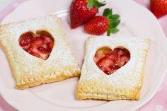Rezept für Erdbeer-Vanille-Blätterteigtaschen mit Herzchen. Süßes Gebäck für den Muttertag, Valentinstag oder einfach so um jemandem eine Freude zu machen.