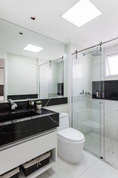 Banheiro decorado em branco e preto