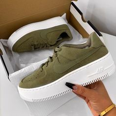 Nike Schuhe - Kamryn Plumbar -, Source by shoes adidas Zapatos Nike Air, Nike Air Shoes, Sneaker Outfits, Sneakers Fashion Outfits, Nike Fashion, Nike Air Force, Basket Style, Slip On Tennis Shoes, Hype Shoes