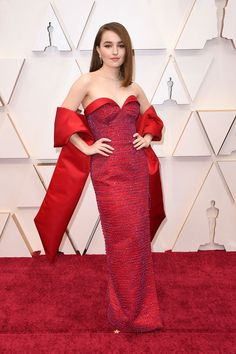 Eco-responsible lady in red: Kaitlyn Dever posed for photos at this year's Oscars in Los A. Christian Siriano, Vestidos Christian Dior, Gucci Gown, Versace Dress, Dior Haute Couture, Couture Fashion, Armani Prive, Jason Wu, Kaitlyn Dever