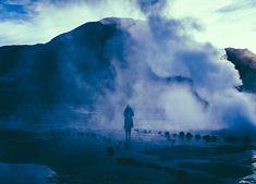 Localizado en la Cordillera de los Andes en el norte de Chile, El Tatio es el campo de geysers más grande del hemisferio sur y el tercero en el mundo. Tiene más de 80 geysers activos y atrae a miles de turistas todos los años que viajan para ver las increíbles formaciones minerales y para bañarse en sus aguas termales. Esta fotografías son obra del artista estadounidense Owen Perry