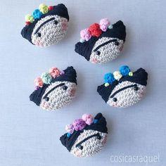 cosicasraquel ,regaloshandmade ,Jaca ,pattern crochet,free crochet, artesania jaca, crochetfree, yarn,manualidadespara todos Crochet Brooch, Crochet Art, Crochet Gifts, Cute Crochet, Crochet Earrings, Crochet Applique Patterns Free, Crochet Patterns Amigurumi, Crochet Dolls, Crochet Key Cover