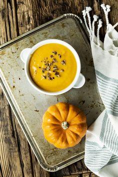 Potage d'automne végétalien: courge, lait de coco et gingembre