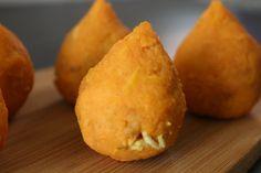 Versão simples das Coxinhas de Frango Fit, publicadaAQUI no Blog a 25 de Junho de 2014. Vídeo O que levou: Frango cozido, desfiado e ligeiramente picado – 100gr Cebola , alho picado, 1 tomat…