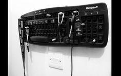 teclado antigo como cabide