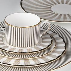 Shop Lenox fine china, made in America and available in over 100 patterns. Lenox fine china comes in white or ivory, platinum or gold trim, and Blue Table Settings, Place Settings, Vase Deco, China Sets, Dinner Sets, Deco Table, Dinnerware Sets, Coffee Set, Fine China