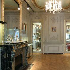 Paris : le musée du parfum rue Scribe et sa boutique  uvert du lundi au samedi de 9h à 18h.  Ouvert dimanche et les jours fériés de 9h à 17h.  Métro Opéra - près de l'Opéra Garnier  plan d'accès    Le musée du parfum  9 rue Scribe  75009 PARIS  FRANCE  Tél: +33 (0) 1 47 42 04 56  Fax: +33 (0) 1 47 42 17 45