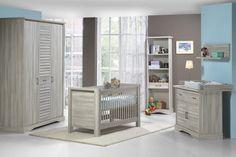 """PLACIDE - Gezellige babykamer van het programma """"Placide"""", met oog voor detail en veiligheid afgewerkt. Door de hoge planken aan de verversplank kan het ververskussen er niet afschuiven. Het bedje is ook in hoogte verstelbaar, zo is het makkelijker om uw baby in het bedje te leggen. Ontdek ook onze jeugdkamer en slaapkamer voor volwassenen in het gamma van """"Placide""""! Met plezier stemmen wij ons af volgens uw wensen   Meubelen Crack"""