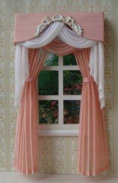 Le tende misurano 11cm larghezza x 20 cm altezza. Colore - bianco e rosa antico.