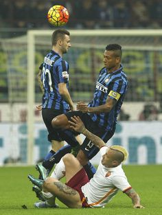Radja Nainggolan of AS Roma competes for the ball with Marcelo Brozovic and Vasquez Fredy Alejandro Guarin of FC Internazionale Milano during the Serie A match between FC Internazionale Milano and AS Roma at Stadio Giuseppe Meazza on October 31, 2015 in Milan, Italy. (Oct. 30, 2015 - Source: Marco Luzzani/Getty Images Europe)